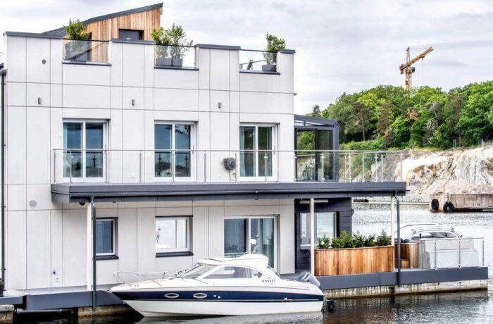 Flytande hus med båt